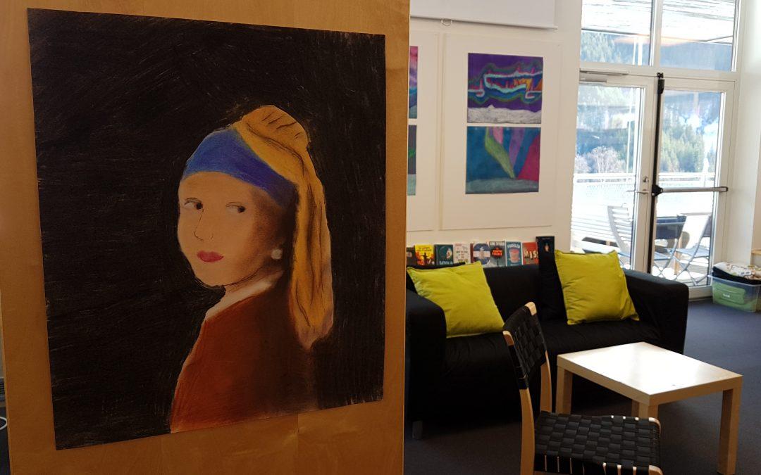 Billedkunstgruppa med utstilling på biblioteket